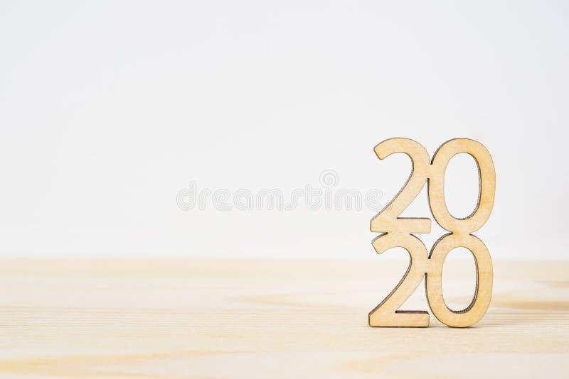 Деревянное ` 2020 ` слова на таблице и белой предпосылке стоковые изображения rf