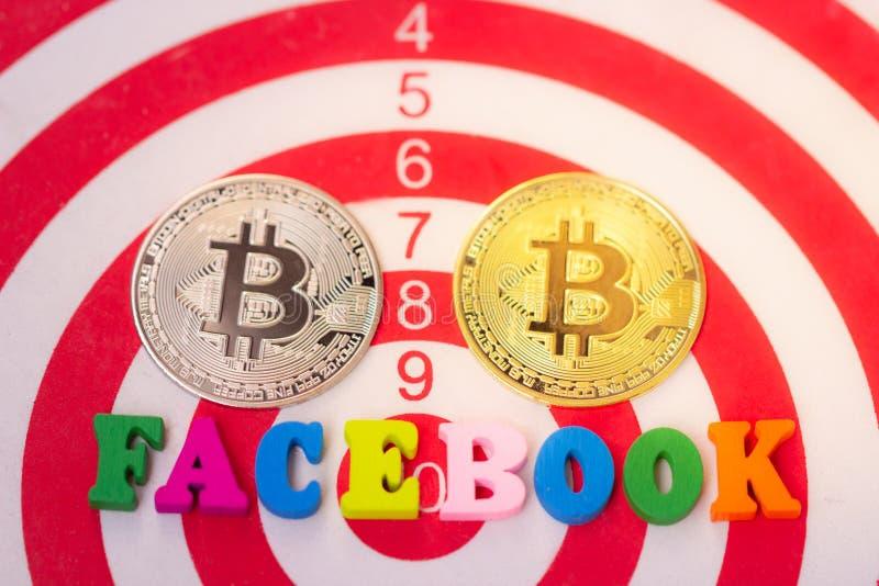 Деревянное слово Facebook и bitcoin 2 Cryptocurrency на белой предпосылке Facebook и bitcoin стоковая фотография
