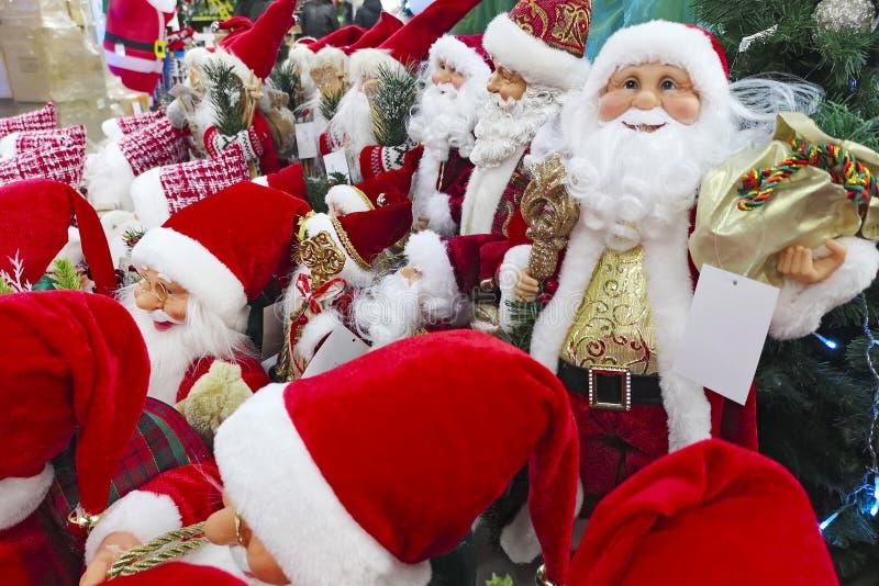 деревянное украшений рождества экологическое Игрушка Санта Клауса в супермаркете Игрушки, подарки и сувениры рождества Санта для  стоковая фотография rf