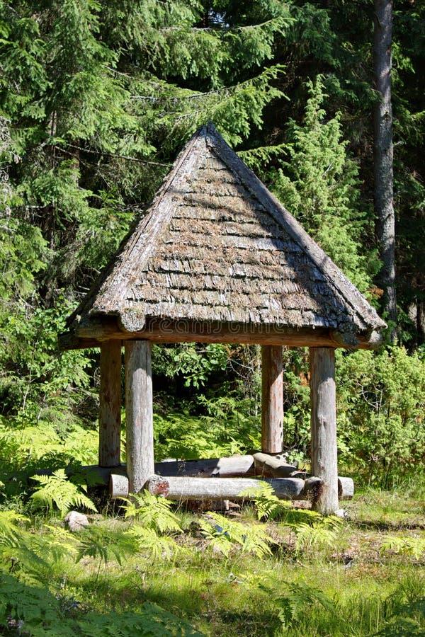 Деревянное укрытие в середине леса стоковые фото