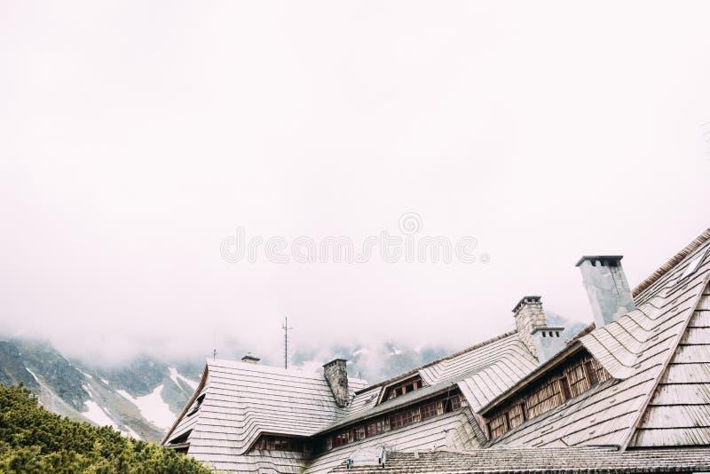 Деревянное укрытие крыши a туристское в горах с туманом на заднем плане стоковые изображения rf