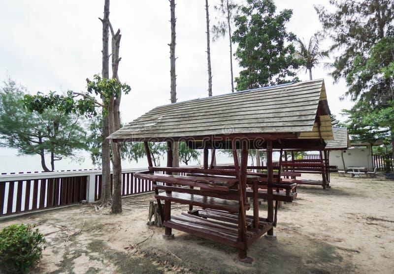 Деревянное укрытие на взморье стоковое фото