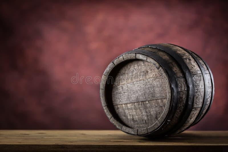 Деревянное barel деревянное бочонка старое Barel на роме или коньяке рябиновки вискиа лозы пива стоковое изображение rf