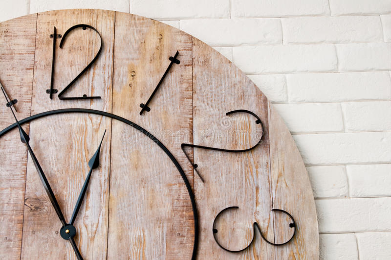 Деревянное clockface на белой стене стоковое фото