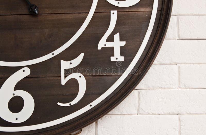 Деревянное clockface на белой стене стоковое изображение
