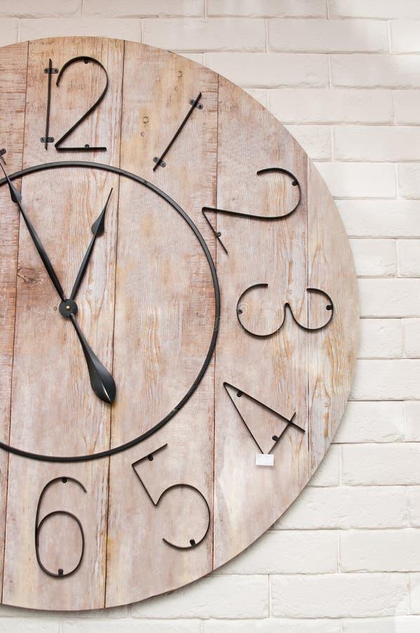 Деревянное clockface на белой стене стоковое изображение rf