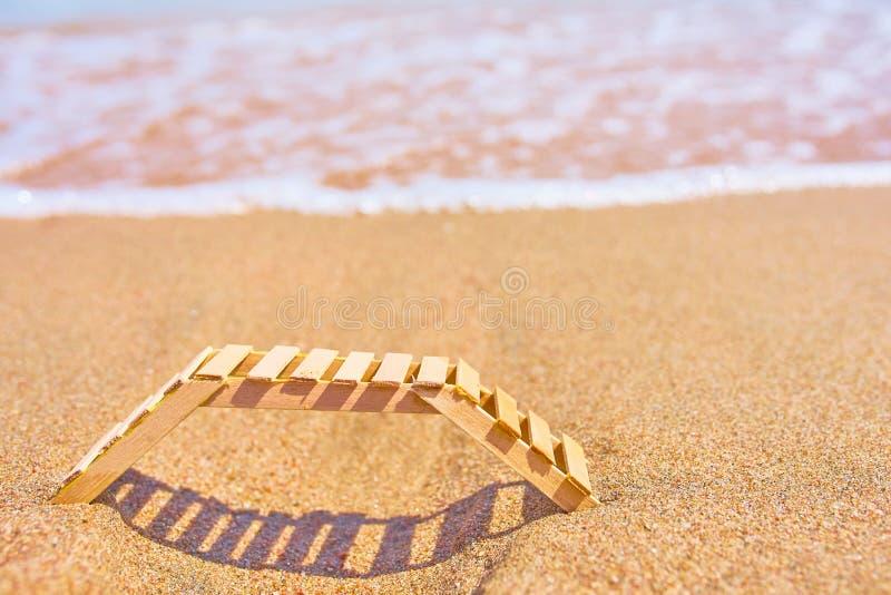 Деревянное deckchair на тропическом пляже песка стоковая фотография