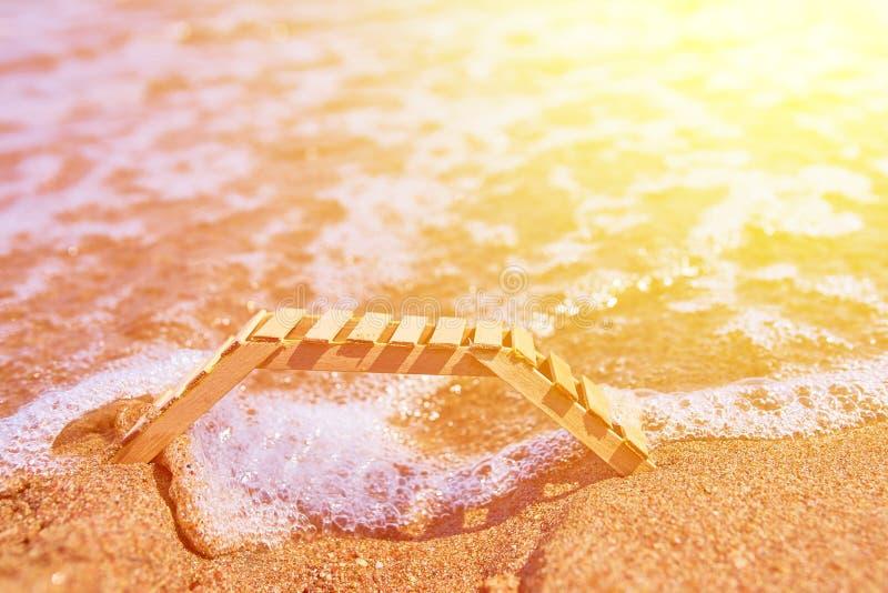 Деревянное deckchair на тропическом пляже песка стоковые фото