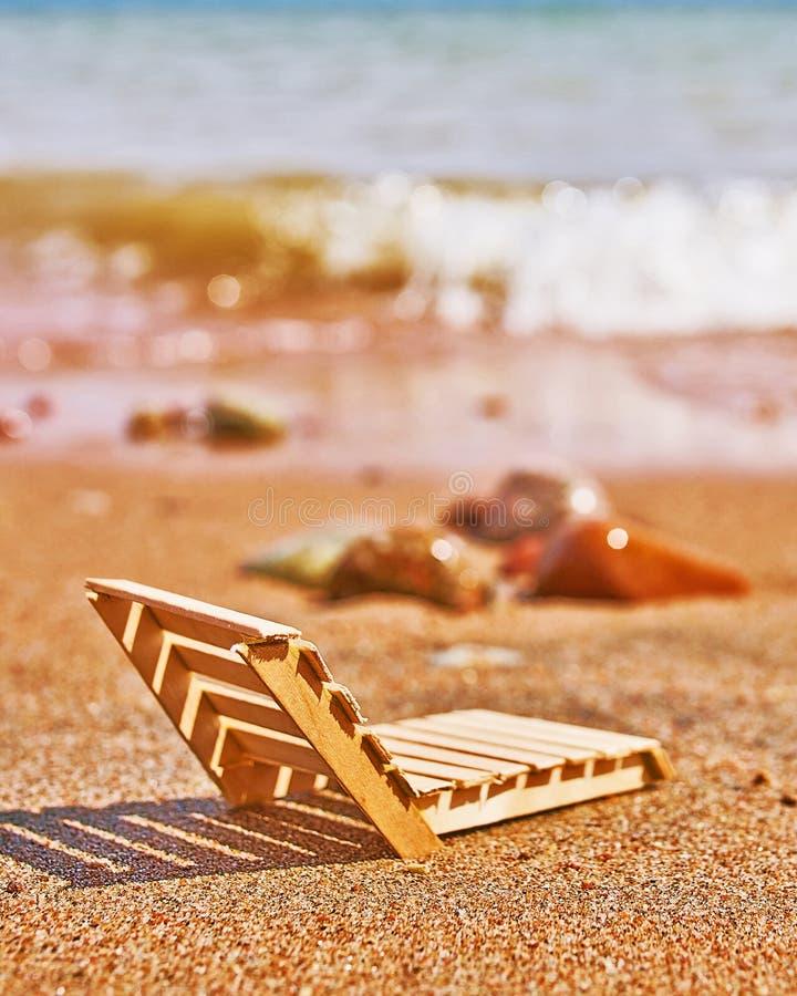 Деревянное deckchair на тропическом пляже песка стоковое изображение rf