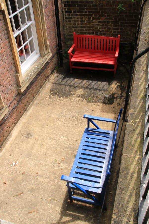 2 деревянной скамьи на спортивной площадке стоковые фото