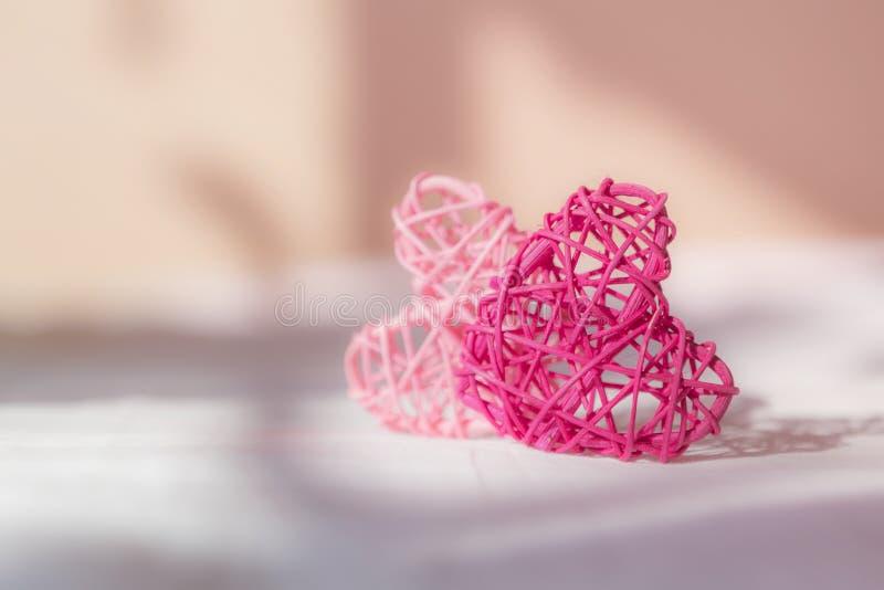 Деревянно-розовое сердце, спроектированное на фоне размытого фона, дневной свет стоковые изображения rf