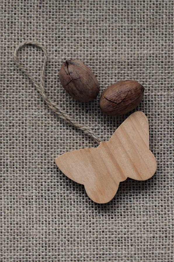 Деревянные бабочка и гайки стоковое изображение rf