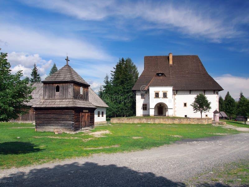 Деревянные башня и поместье в Pribylina, Словакии стоковое изображение rf