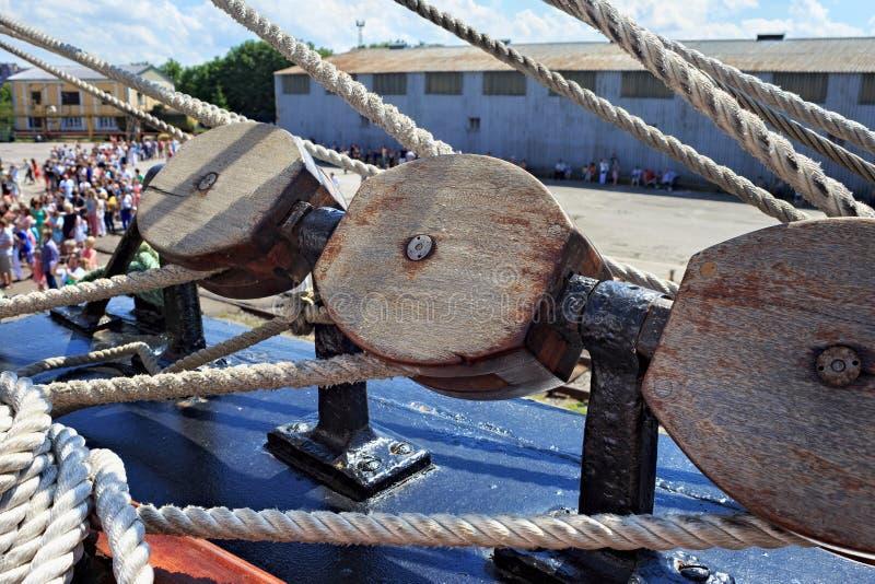 Деревянные блоки как часть такелажирования на корабле стоковые фото