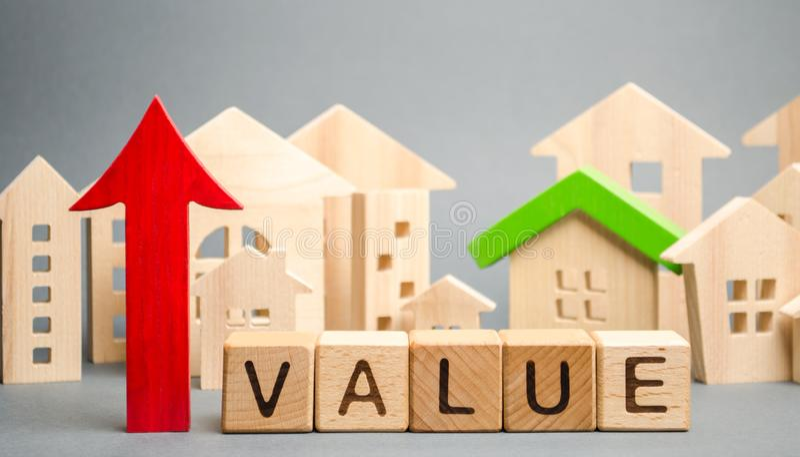 Деревянные блоки со значением слова, вверх по стрелке и деревянным домам Концепция поднимать цены свойства Высокая цена для прока стоковая фотография rf