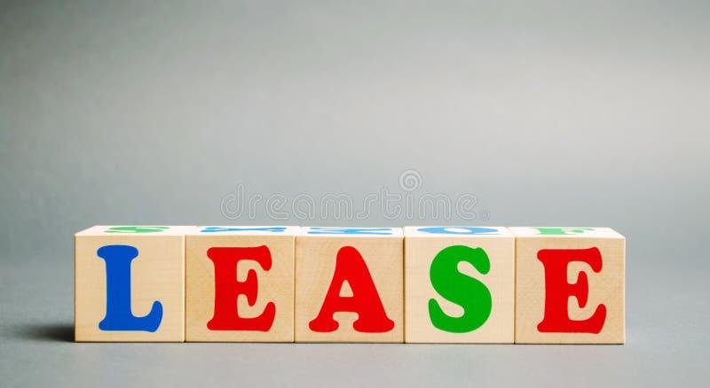 Деревянные блоки со словом Lease Аренда с правом выкупа Финансовая служба Приобретение дорогих товаров - транспорт, стоковые фотографии rf