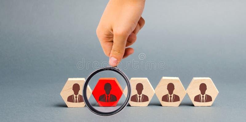 Деревянные блоки с изображением работников Концепция руководства кадрами в компании Увольнять работники от команды стоковые фотографии rf