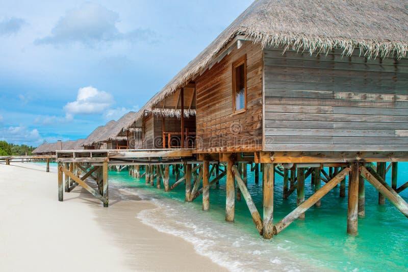 Деревянные виллы над водой Индийского океана стоковая фотография