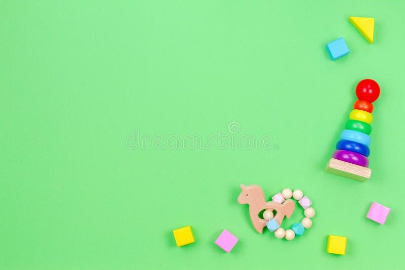 Деревянные воспитательные игрушки младенца на салатовой предпосылке r стоковое фото rf