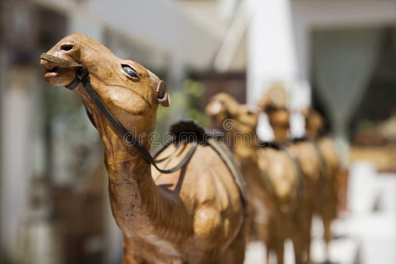 Деревянные высекаенные верблюды для продажи стоковые фотографии rf