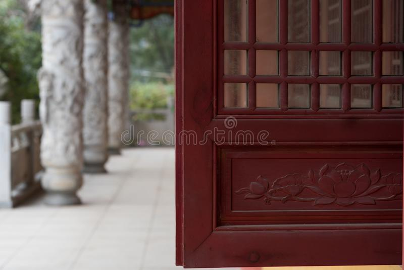 Деревянные высекаенные окна стоковые изображения