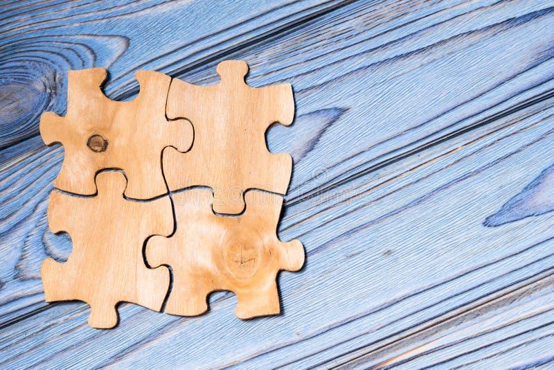 Деревянные головоломки на голубой деревянной предпосылке стоковые изображения