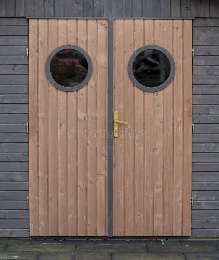 Деревянные двери с окнами стоковое фото