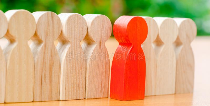 Деревянные диаграммы людей Красный человек приходит вне с командой работников Концепция выбора нового руководителя r стоковые изображения