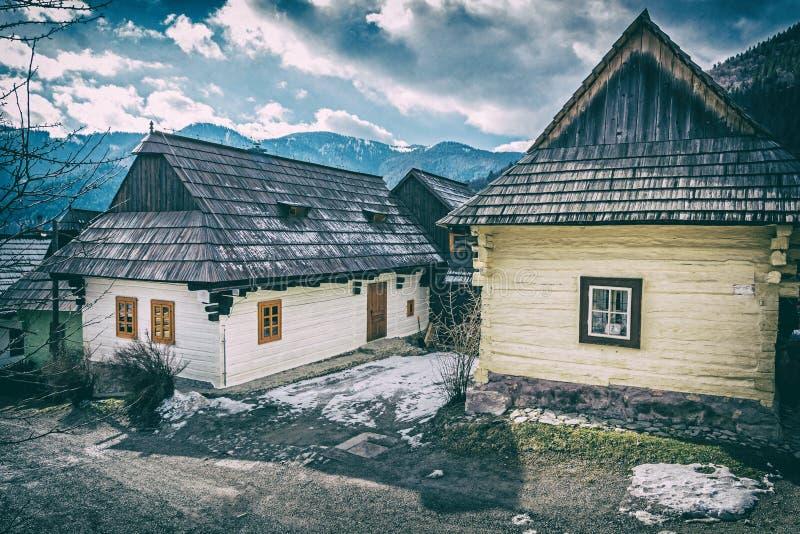 Деревянные дома в Vlkolinec, Словакии, сетноом-аналогов фильтре стоковая фотография rf