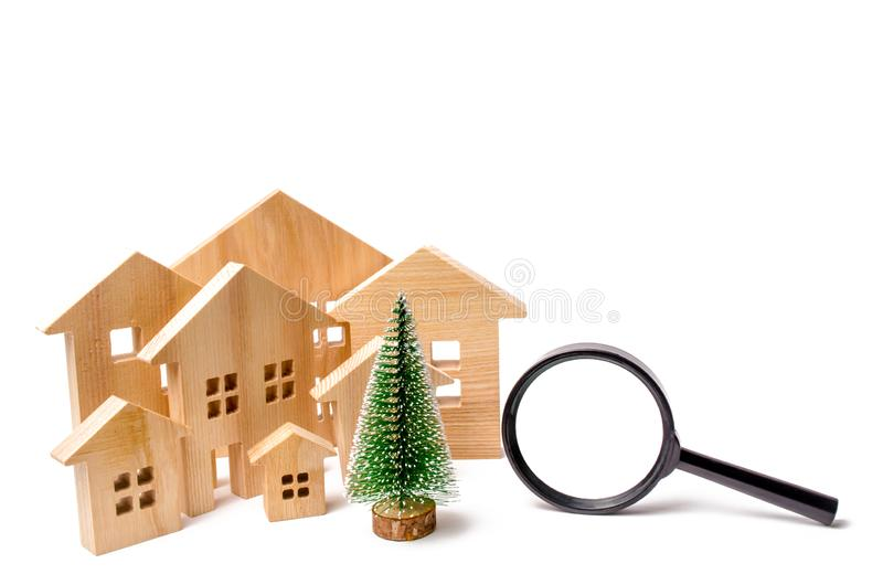 Деревянные дома и рождественская елка и лупа Концепция поиска гостиница или курорт на праздник Нового Года и стоковое изображение rf