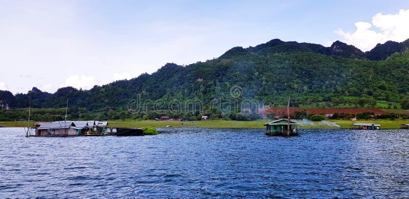 Деревянные дом или курорт для остатков взятия и ослаблять плавают на реку с красотой природы стоковое фото