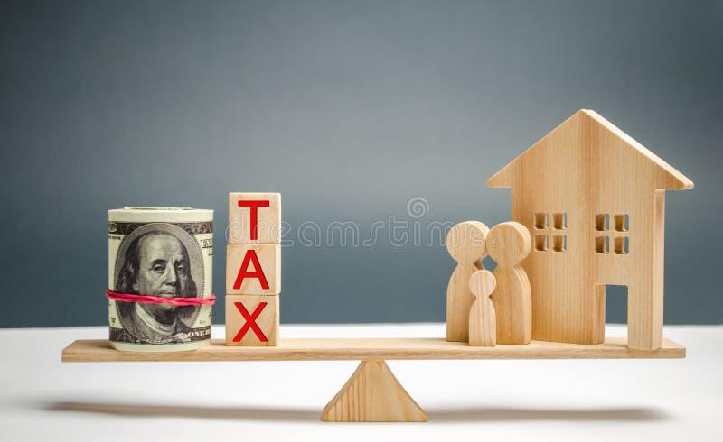 """Деревянные дом и семья с налогом надписи """"в масштабах Налоги на недвижимости, оплате Штраф, недоимки Регистр налога стоковые фотографии rf"""