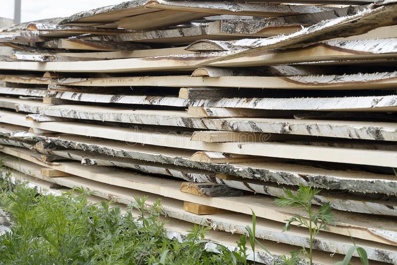 Деревянные доски стягиваются в сушину Новые планшетные березы лежат в куче Плитка деревянных досок стоковая фотография rf