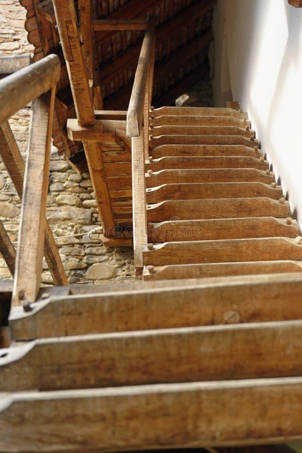 Деревянные лестницы водя к церковь-крепости, Mosna, Румынии стоковое изображение rf