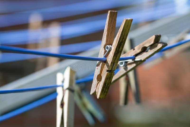 Деревянные зажимки для белья на моя линии, конце вверх стоковая фотография rf