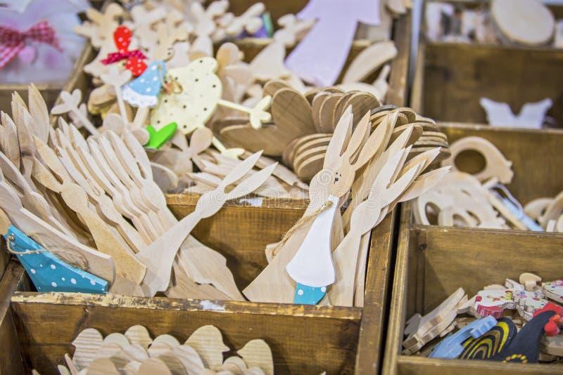 Деревянные зайчик пасхи или figurine кролика Различные деревянные figurines workpieces для пасхи стоковая фотография rf