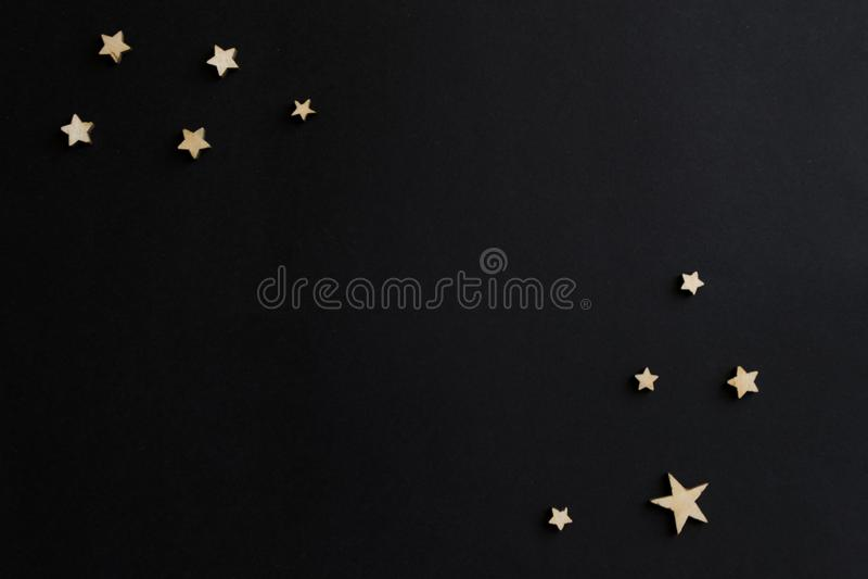Деревянные звезды на черной предпосылке Доска мела открытка День ` s людей ноча astrix стоковые изображения