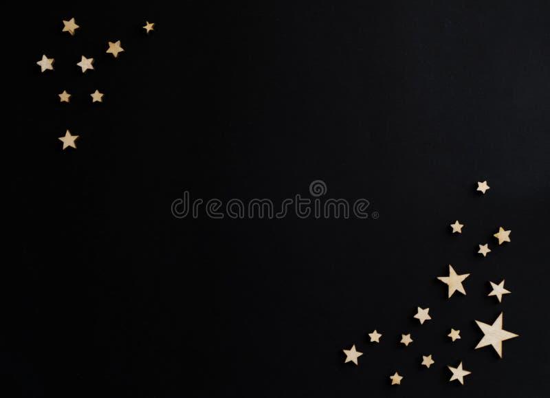 Деревянные звезды на черной предпосылке Доска мела открытка Концепция дня папы День ` s людей ноча astrix стоковая фотография rf