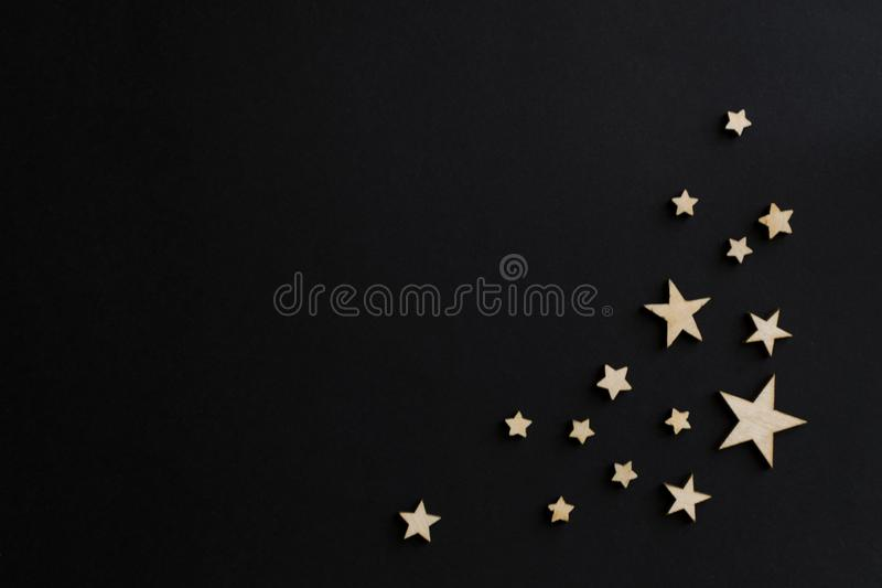 Деревянные звезды на черной предпосылке Доска мела открытка Концепция дня папы День ` s людей ноча astrix стоковое изображение