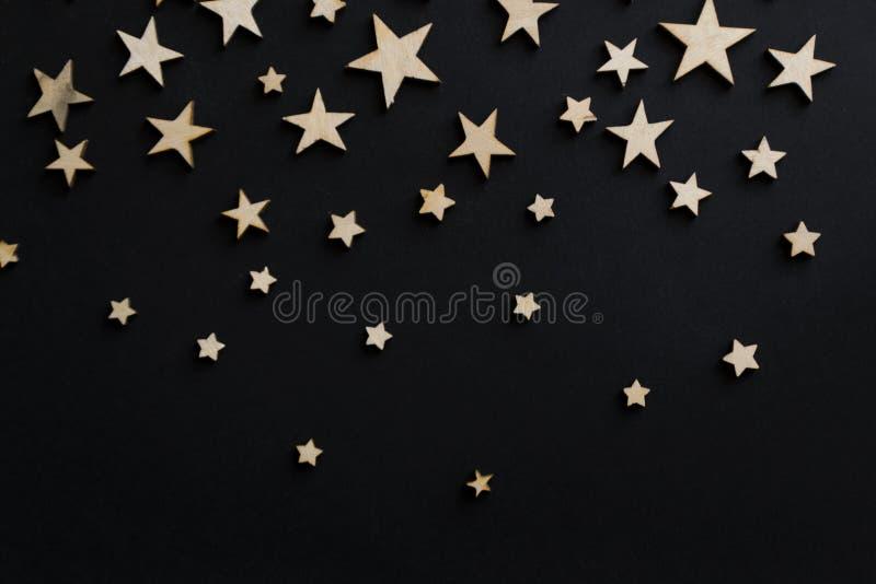 Деревянные звезды на черной предпосылке Доска мела открытка Концепция дня папы День ` s людей ноча astrix стоковое фото rf