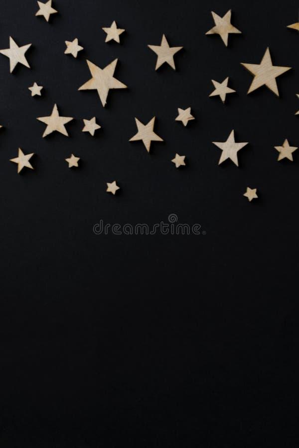 Деревянные звезды на черной предпосылке Доска мела открытка Концепция дня папы День ` s людей ноча astrix стоковые фото