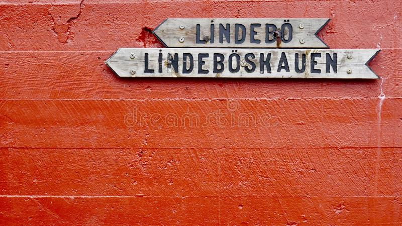 Деревянные знаки на красной бетонной стене стоковая фотография