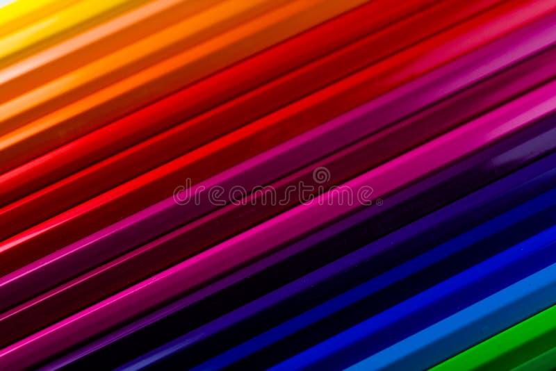 Деревянные карандаши во всех цветах сортированных цветом, на плоском основании Образование и задняя часть в школу стоковое изображение rf