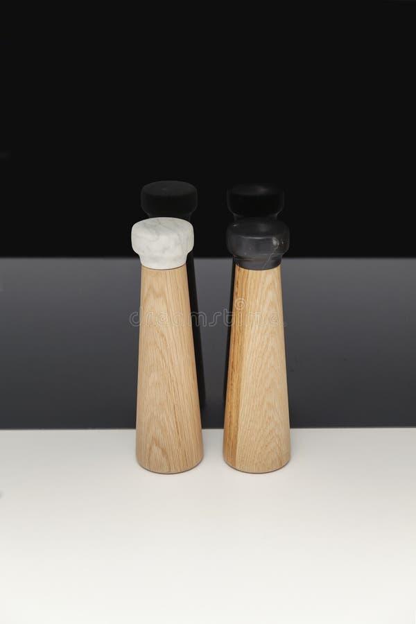 Деревянные контейнеры для соли и перца стоковая фотография rf