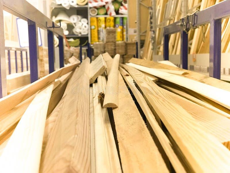 Деревянные коричневые спиленные естественные доски построения вставляют журналы с узлами на шкафе на лесопилке в магазине зелень  стоковые изображения rf