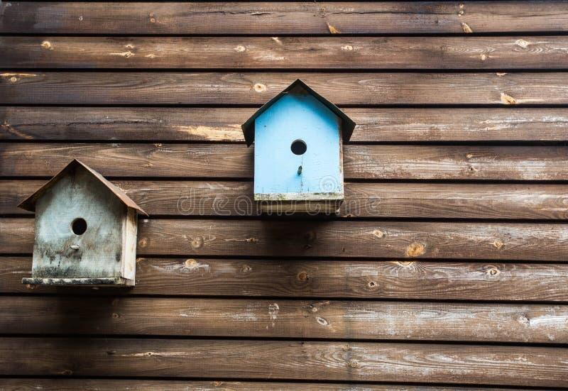 Деревянные коробки птицы или birdhouses на деревянной стене, текстуре предпосылки стоковое фото