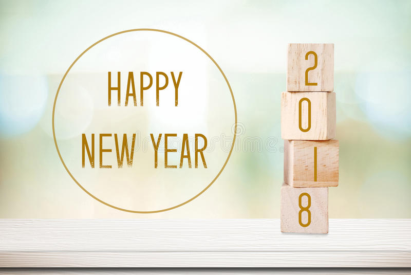 Деревянные кубы с 2018 и счастливый Новый Год над backgr bokeh нерезкости стоковое изображение
