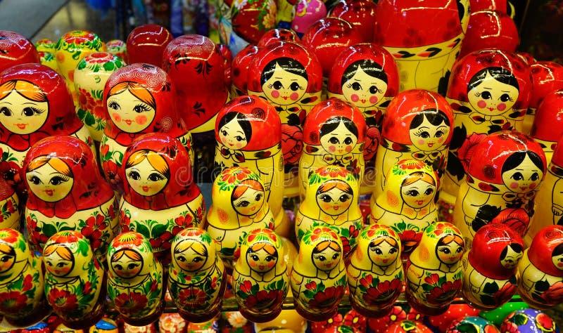 Деревянные куклы для продажи на сувенирном магазине стоковое фото rf