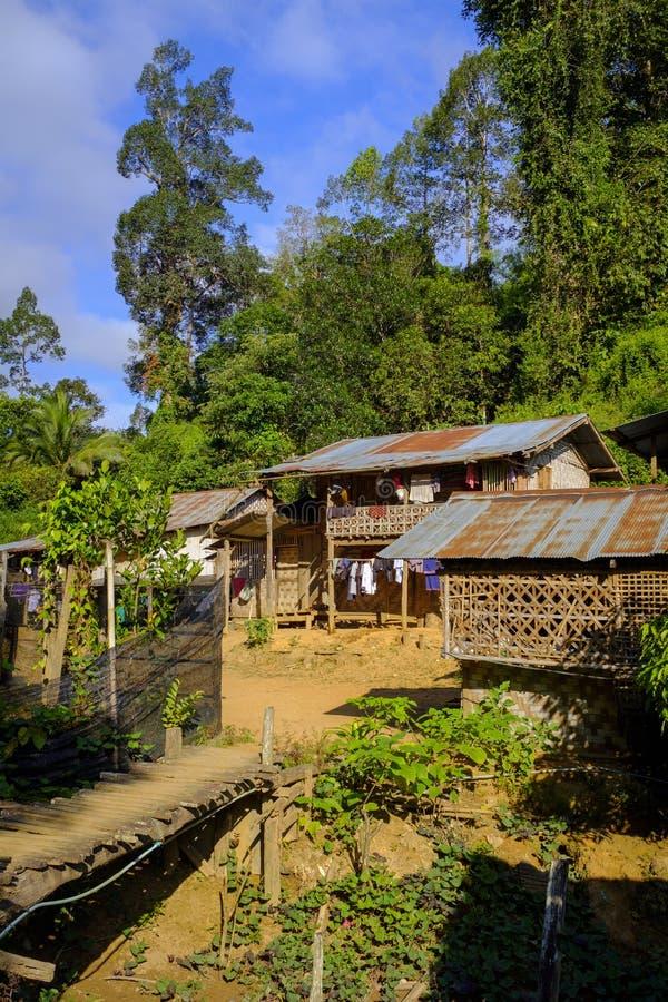 Деревянные лачуги в тайской деревне стоковая фотография rf