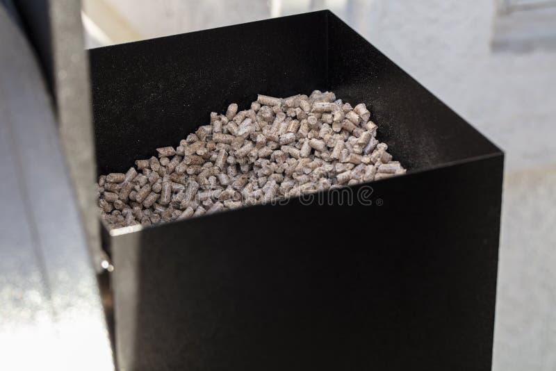 Деревянные лепешки в коробке лепешки курильщика для барбекю стоковое изображение rf